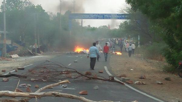 車などに火をつけ抗議する農民たち