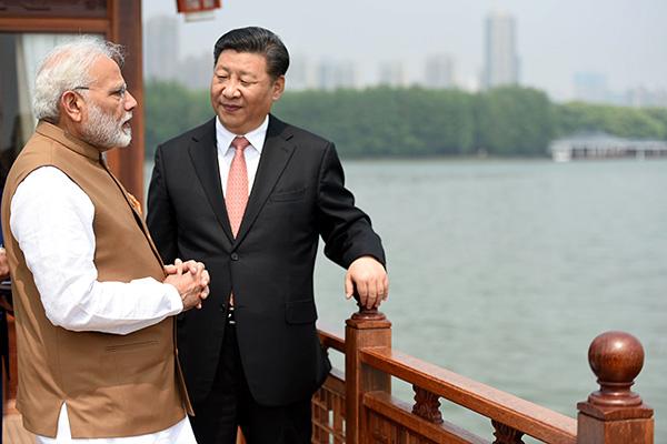 武漢にある東湖で、言葉を交わすモディ首相と習近平国家主席(4月28日、中国湖北省)